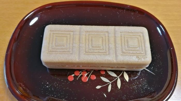 通称「団十郎最中」とも呼ばれる袖ヶ浦最中も塩瀬の人気商品のひとつです。最中と餡が別々になっており、食べるときに自分で合わせるようになっています。ぱりぱりの最中を味わえるとあって、最中好きにはとても有名な最中なんですよ。