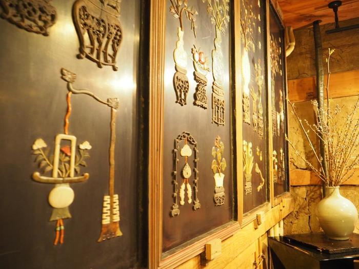 蔵として利用していた建物をリノベーションした「カフェ 桃花流水(とうかりゅうすい)」は、帆足家に伝わる芸術作品をインテリアに使った贅沢な空間。酒樽の蓋を再利用したテーブルなどもあり、古い物を大切に使い続ける日本の美学を感じます。