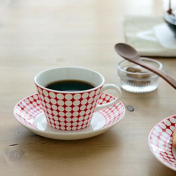 """女性よりも難しいのが、男性へ贈る""""赤い物""""。赤は身に付けなさそうという方には、ご自宅で使える物を選んでみましょう。例えばコーヒー好きな方なら、カップ&ソーサーはいかがでしょうか?ご夫婦お揃いで贈るのも素敵ですよ。"""