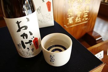 「伊勢萬内宮前酒造場」はお店の奥が酒造場になっている伊勢市内唯一の蔵元。 人気商品の「おかげさま」は、伊勢サミットにも出された日本酒で、上品な吟醸香と端麗な呑み口に仕上がっています。 お酒好きの方にぜひ。