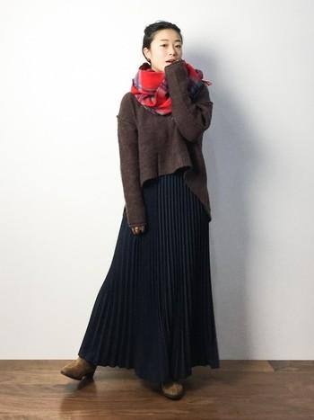 裾広がりのニットとフレアスカートで、旬のゆる×ゆるシルエットを描いて。首にはマフラーをぐるぐるっと巻いて重心をアップ。