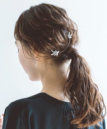 シンプルな結び目隠しのローポニーも、パーマスタイルならトップの髪を引き出してあげるだけで抜け感たっぷりの仕上がりに。