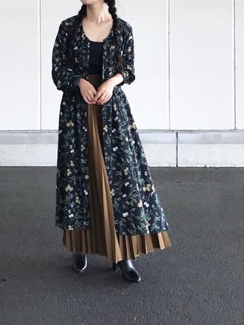 キャメルブラウンのプリーツスカートに、ネイビーの花柄ワンピースをレイヤード。裾からはレザーブーツを覗かせて、ノスタルジックな大人のガーリールックを意識。