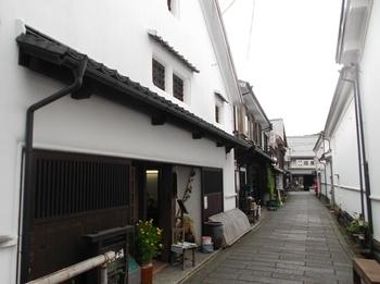 こちらの建物は、元は米蔵、その後は銭湯として利用され、現在は「アートスペースカフェ大蔵清水湯」として生まれ変わりました。蔵の面影を残す外観や街並も素敵ですね。