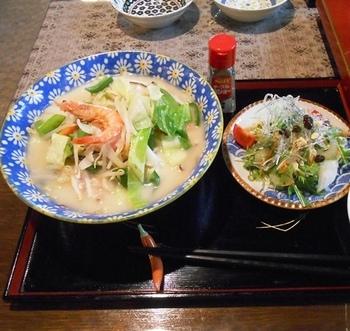 新鮮な野菜のお料理や手打ち麺のうどんなどが食べられます。なかなか体験できない、浴槽での食事をぜひ楽しんでみてくださいね。