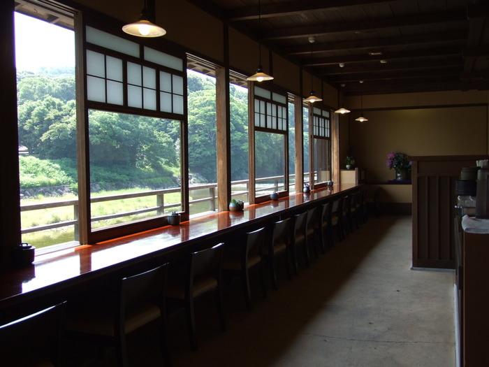 店内は和モダンで落ち着いた雰囲気。どの席からも五十鈴川を眺めることができますよ。特にカウンター席やテラス席は眼下に川を見下ろすことができるのでおすすめです。歩き疲れたら、まったりくつろいでみてはいかがでしょう。