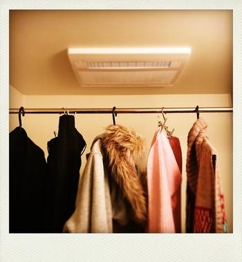 浴室乾燥機能があり、ニオイを飛ばしたいアイテムが多い場合は、入浴後の蒸気が残っている浴室に気になるアイテムを吊るしてみましょう。10分程度蒸気に当てたら、浴室乾燥を使って水分を飛ばします。吸い込んだ蒸気が乾く時にニオイの元を一緒に飛ばしてくれます。