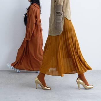 """装いを品よくまとめるプリーツスカート。女性らしいアイテムを合わせたり、スポーティーなハズしを加えたりして、""""ただ真面目なだけ""""にならないようにするのがポイントです。 ぜひ参考にして、みなさんもプリーツスカートの着こなしを楽しんでくださいね。"""