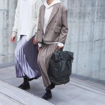"""動くたびに品よく揺れるヘムライン、移ろう""""ひだ""""のうねり。歩き姿にニュアンスを添えるプリーツスカートが、今年は大豊作の模様です。  お手本のコーディネートで、その素敵な着こなし方をたっぷりウォッチしてみましょう!"""