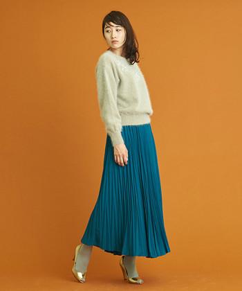鮮やかなブルーグリーンのスカートを、ライトグレーのふんわりニットがお引き立て。タイツも同じグレーにして、コントラストの強いコーディネートにまとまりを。