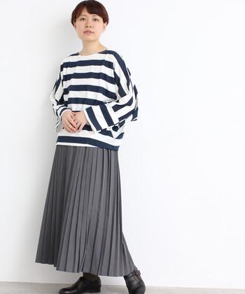 カジュアル感の強い太ピッチのボーダーTシャツを、プリーツスカートで上品に昇華。全身をモノトーンにすることでモードな雰囲気も。