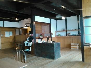 シンプルでゆったりとした店内では、茶葉やティーパックなども販売しています。丹波茶舗では、作家さんの作る茶器の展示会なども開催しているので美しい器との出会いもありそうです。
