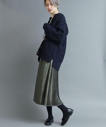 量感のあるハイゲージカーディガン。その重みを分散させるべく、ボトムには軽やかな細身スカートを選んで。