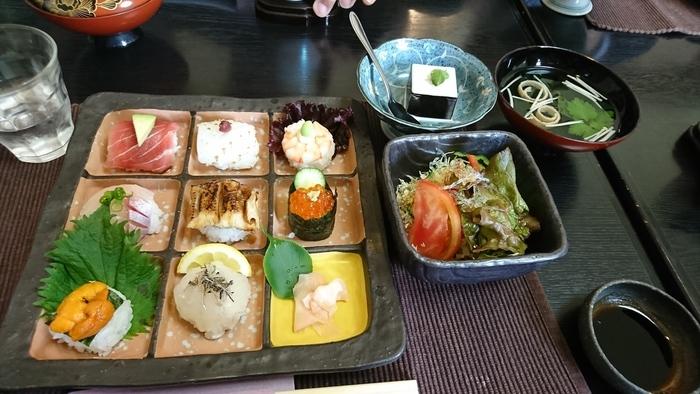 食事は、「手まり寿司」やとり天など、美味しい和食が楽しめます。もちろんカフェだけの利用も◎。大分県の郷土料理のひとつである「じり焼き」という黒糖をクレープのような生地で包んだスイーツがおすすめですよ。