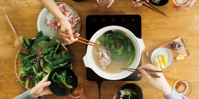 冬は寒くて気持ちもカラダもなんだかうつむきがち。そんなときこそ、お鍋の出番! あったか~いお鍋はお野菜もお肉もお魚もたっぷり摂れて栄養満点、そしてなにより、みんなで鍋を囲むひとときはスペシャルな楽しさで満ちていますよね♪  お鍋でカラダもココロもポカポカにあたたまって、元気に楽しい冬を過ごしていけたらいいですね♪