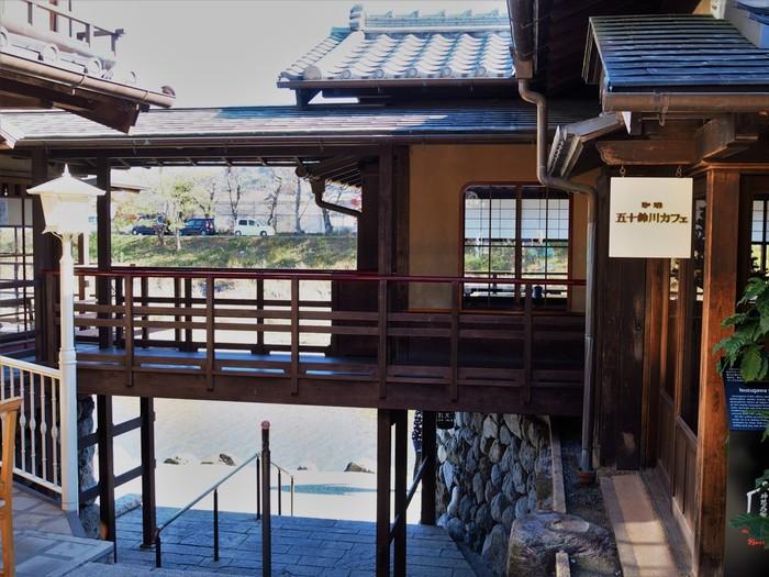 渡り廊下が素敵な古民家風の風情ある建物「五十鈴川カフェ」。五十鈴川沿いにあり、敷地内に入ると賑やかなおはらい町とはまた違った落ち着いた雰囲気。ゆったりとした時間が過ごせる憩いのカフェです。