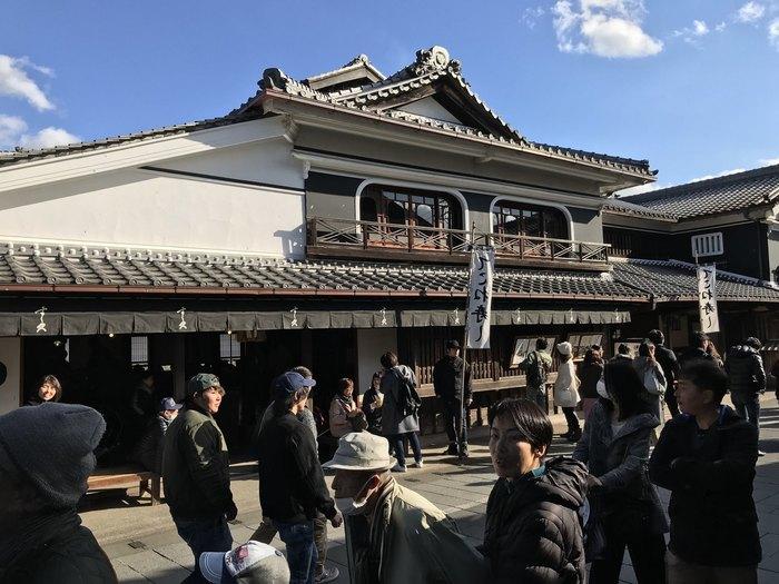 おはらい町の中ほどにある、一際大きく存在感のある「すし久」は天保年間創業の、おかげ横丁でも有名な料理店です。名物の「てこね寿司」や国産うなぎの「ひつまぶし」などがいただけます。