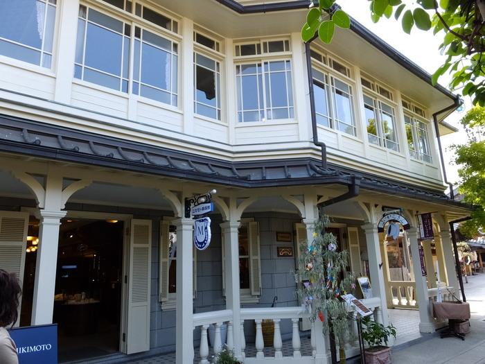 おかげ横丁唯一の洋食屋「はからさん」。レトロな白い建物が素敵ですね。寄せ木調の板張り床や、シャンデリア、出窓、飾り天井など、西洋館独特の雰囲気の中で、正統派の洋食がいただけます。