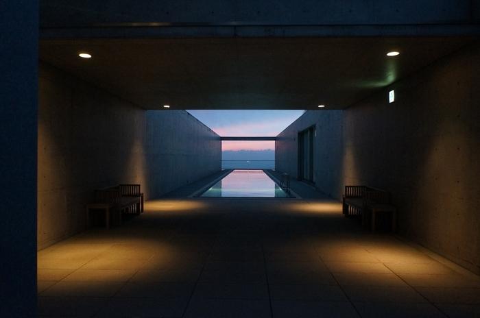 こちらの施設では、幻想的なオーシャンビューを眺めることができます。穏やかに流れる時間に包まれていると、慌しさを忘れることができそうです。 建築家である安藤忠雄さんによる建築・設計されたこちらの施設は、実は美術館のリノベーション。ホテルとは少し違った空間と構造を楽しむことが出来そうですね。
