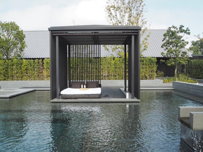「水」をテーマとした施設内では日本の伝統的な温泉文化を心ゆくまで味わうことができます。ミネラル分豊富な天然温泉が楽しめる広々とした浴槽のほかに、プライベート温泉パビリオンやプール、4つのトリートメントスイート、フィットネスセンター、ネイルサロンまで、ゆっくり過ごせる施設が充実しています。