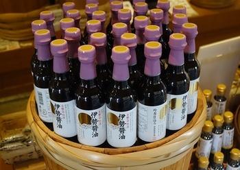 「伊勢醤油」は三重県産の大豆と小麦を使用して仕込んだ地醤油です。江戸時代のおかげ参りが盛んだった頃に使われていた醤油を今の技術で再現したものなんだそう。  こちらの伊勢醤油360mlはおもてなし箱(有料)の用意もあるのでお土産にいいですよ。