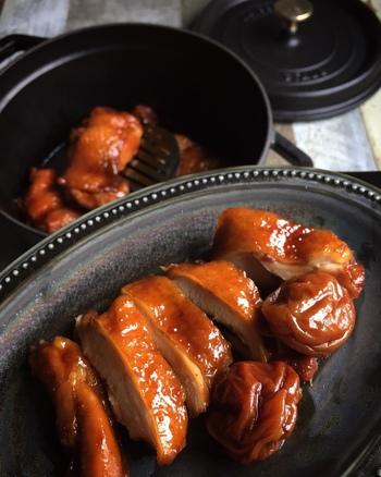 STAUB(ストウブ)に鶏もも肉と調味料を入れて、30分くらい煮込むだけの簡単レシピ。 はちみつ梅干しを加えることで、まろやかで優しい味わいに仕上がっています。中国で定番のミックススパイス「五香粉」を隠し味にすれば、中華風のエキゾチックな風味を楽しめます。