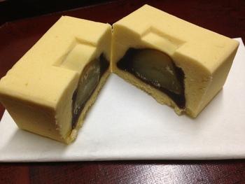 こちらが人気の和菓子、爾比久良(にいくら)です。周りは卵黄と白餡がほどよくアレンジされた黄味羽二重時雨餡で、中には小豆餡ところんとした栗が一粒入っています。
