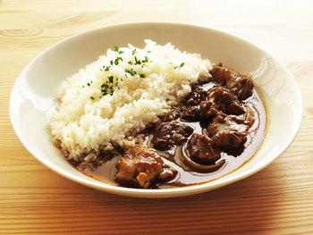 牛すじカレーは圧力鍋で作ることが多いですが、このレシピは普通のお鍋でことこと長時間煮込んでいます。たまには、じっくりと丁寧に煮込むカレーも作ってみたいですね。牛すじから出る濃い味わいが、このカレーのおいしさの決め手です。