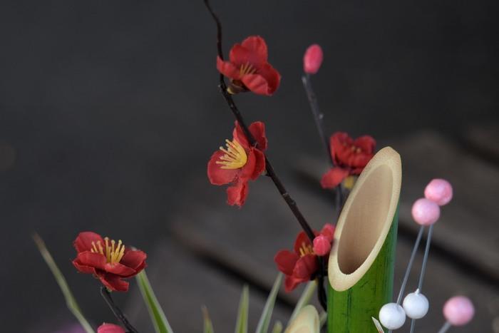 一気にお正月気分が高まる松竹梅の生け花。不老不死を意味する「松」、筍を生み出す「竹」は子孫繁栄。そして香り高い「梅」、そのほかにも縁起良しとされる赤い実の千両や万両など、小さな花瓶にいけるだけでもシンプルなおうちがお正月に早変わりします。