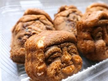 七福神の顔を象ったキュートな人形焼にはこし餡がたっぷり詰められています。白餡入りの登り鮎と粒餡入りのつぼ焼き、餡なしのカステラ焼きとラインナップも充実。しっかりとした甘さの餡がお茶によく合います。