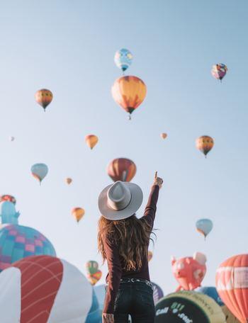 """ここでは、身のまわりにある「小さな幸せ」に気付くための練習をご紹介します。その方法はいたって簡単で、「小さな幸せ」リストを""""書く""""だけです。書くためには、意識して探す必要があります。最初は二つ、三つしか書けなくてもOK。練習を重ねていくうちに、心がやわらかくなって、自然と「あれもこれも」と見つけられるようになります。"""
