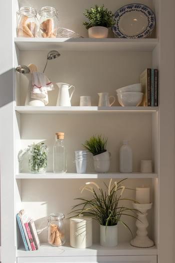 引っ越し・模様替え・掃除など、お部屋と向き合う機会があるたびに気になるのが「収納棚」。ただ物を詰め込んでいるだけだと、片付ける意欲がなかなかわきませんよね。インテリアブロガーさんたちの素敵なアイデアを参考に、片付けたくなる、そして眺めたくなるような収納棚を目指してみましょう。