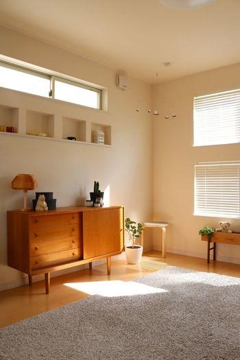 リビングは、人が集まり、物も集まりがちな場所。ですが、くつろぎの空間ではできるだけ物を少なく、すっきりと見せたいですね。そんなときは、扉付きや引き出し付きの収納棚がおすすめです。