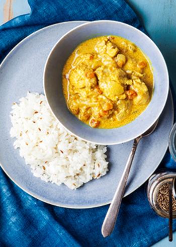 ヨーグルトとトマトの酸味が爽やかなインド風チキンカレー。ミックススパイスのガラムマサラがいい香り♪また、クミンシードのライスを添えることで、ぐんとインドらしさがアップします。