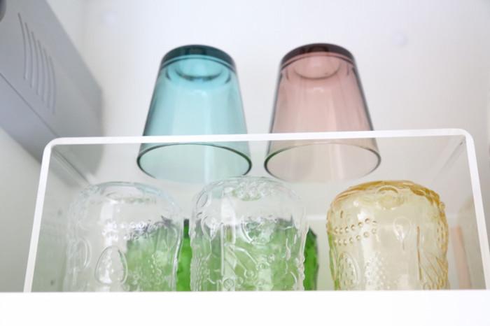 あらかじめ備え付けられた収納棚や引き出しの多いキッチン。備え付けは幅や高さを選べることが少ないので、調理しやすく、片付けもしやすい使い勝手に収納をアレンジしたいですね。画像の収納棚は、無印良品の「アクリル仕切棚」を取り入れて、グラス収納を2段にしたもの。使いたいグラスがひと目で見つかり、取り出しもしやすく便利!