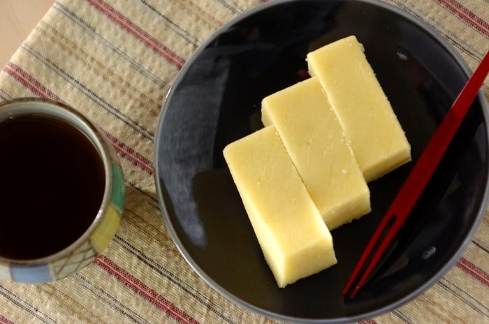サツマイモ・砂糖・塩だけで作れる簡単レシピ。電子レンジで加熱したサツマイモと調味料を合わせてペースト状にし、冷やして固めるだけで完成!サツマイモだけでなく、いろんな野菜や果物で試してみるのも楽しそう♪
