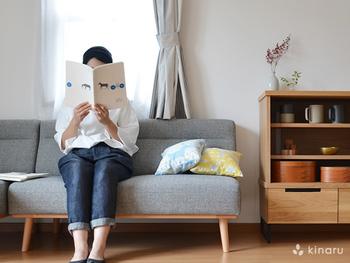 リビング家具はソファやテーブル、棚ひとつにするなど、必要最低限にとどめるだけでも掃除のしやすさに繋がります。  また、床やテーブルにものを置きっぱなしにしないこともポイントです。すっきりとした空間をキープできれば、いつでも掃除がしやすくストレスフリーに過ごせそう。