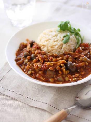 レンズ豆ときのこのヘルシーカレー。レンズ豆は、水に浸さなくてもいいので便利です。少し加える豆みそが味わい深いコクを生み、きのこのうまみと相まって絶品カレーに。