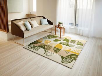 カーペットはお部屋の床全体に敷くもので、ラグは床の一部に敷くものを言います。  素材が同じでも、カーペットをカットすればラグということになるんですね。ラグはサイズが決まっているため、床面積に合わせてサイズを選ぶ必要があります。