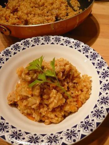フライパンを使って、お米から炒めて仕上げる本格ドライカレー。お米は洗わずに使います。辛めのカレールーの方がおいしくできるとか。材料もシンプルですから、なにもないときにも重宝します。