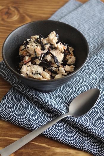 豆腐と桜海老、ひじきだけで作れるシンプルな炒めものです。木綿豆腐はしっかり水切りすることでぱらっとした仕上がりに。ごま油の香りがひじきのクセを和らげます。