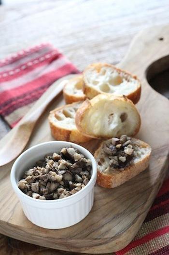 キノコのコクとニンニクやアンチョビのパンチの効いた風味がよく合うペーストは、バゲットやパンのおともにぴったりです。おもてなしやホームパーティーの一品にもいかがでしょうか?