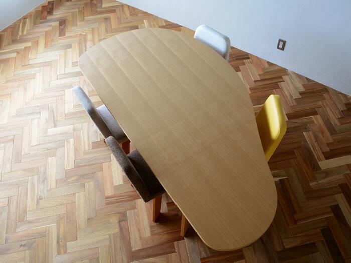 お子さんと一緒に使うダイニングテーブルも、丸みを帯びたフォルムなら安心して使えそう。