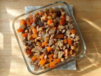 作り置きにもぴったりな煮物は、大豆の水煮を使うので見た目よりも簡単にできるのがポイントです。小さく切るとアレンジの利く副菜になりますが、大きく切ると立派なメインディッシュにも。