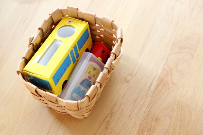 色柄が派手なおもちゃは、ひとまとめにして布をかぶせておけば、大人インテリアにもなじみます。