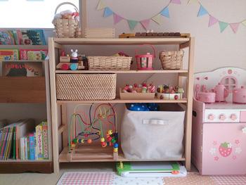 また、お子さんは床に座って遊ぶことの多いため、おもちゃや本を自分で出し入れしやすいのも魅力。出したら片づけるという習慣づくりにも役立ちます。