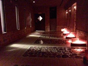ほの暗い空間で思うさまリラックスできそう。敷き詰められたメノウの上に寝そべる岩盤浴『瑪瑙(めのう)』。