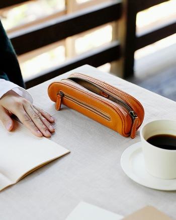 使っていくうちに手に馴染んでくるペンケースを持てば、仕事も勉強もモチベーションが上がるかも?
