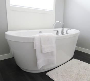 お風呂の中では、体をマッサージ。疲れた体がほぐれます。肌に触れることで安心感を感じ、幸せホルモンのオキシトシンも分泌されますよ。