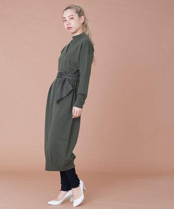 一枚でさらりと着こなせるニットワンピースですが、今年の冬はレイヤードスタイルがおすすめ。ニット素材のレギンスとのレヤードならもっとあたたかで、トレンド感も◎